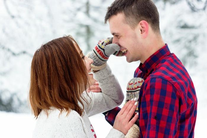 como sorprender a tu pareja, ideas románticas y originales, pareja enamorada con paisaje invernal