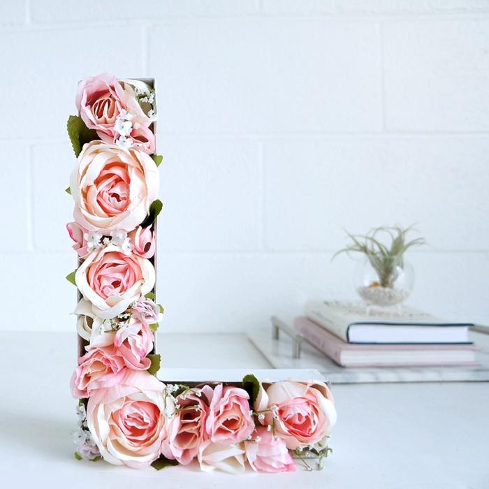 decoracion DIY para el día de los enamorados, sorprender a tu pareja con una caja de flores en forma de la primera letra de su nombre