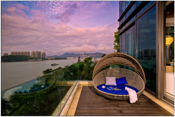propuestas de diseño de terrazas de ensueño, terrazas con encanto con bonita vista, sillón de mimbre de diseño original