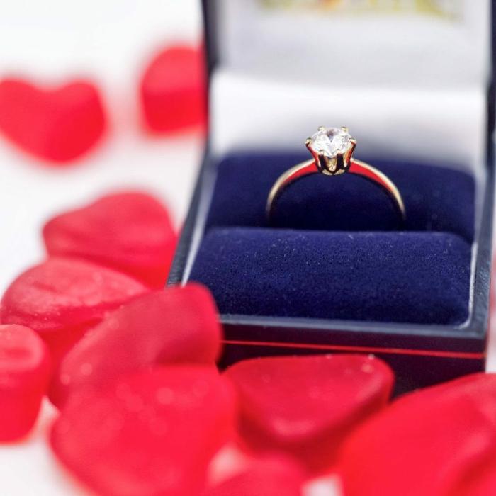 sorprender a tu pareja con una propuesta de matrimonio en el día de San Valentín, anillo de compromiso con diamante