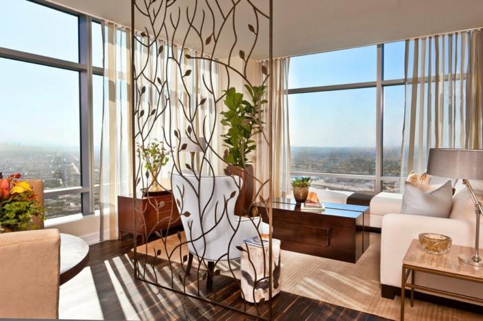 separadores, biombo original hecho de hierro ornamentado, grande salón con vista en colores claros, suelo de parquet