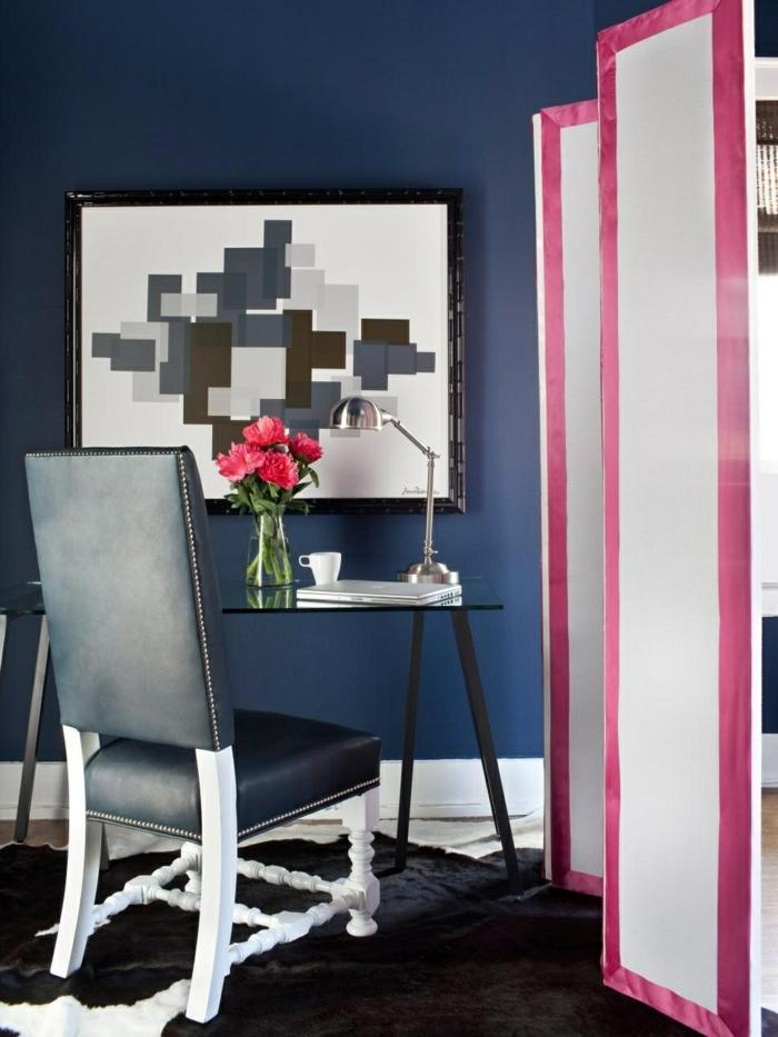 separadores, salón contemporáneo con muebles vintage, silla tapizada de piel, cuadro decorativo, separador de ambientes en blanco y rosado