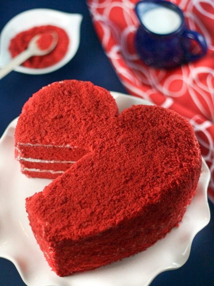 tarta de encanto en forma de corazón, ideas para sorprender a tu pareja en el día de los enamorados, tarta roja en forma de corazón