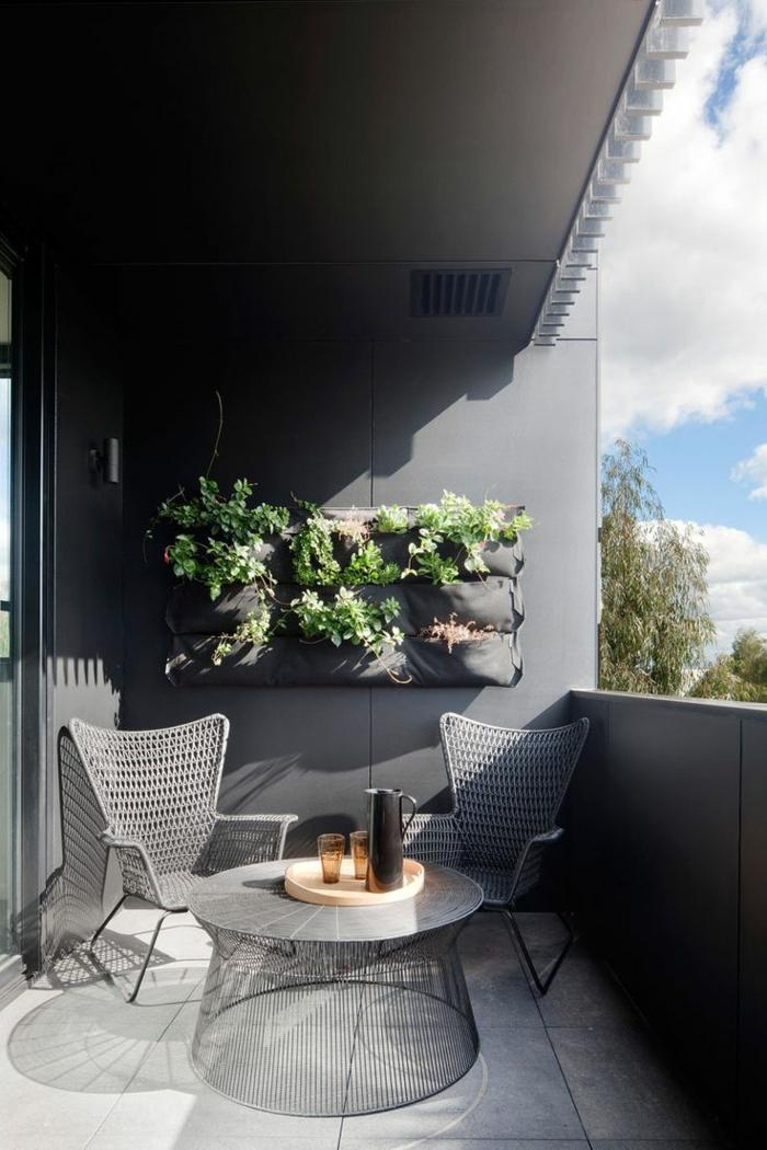 ideas de decoración de terraza DIY, macetero colgante original, pequeña mesa de diseño atractivo y sillas de rattan