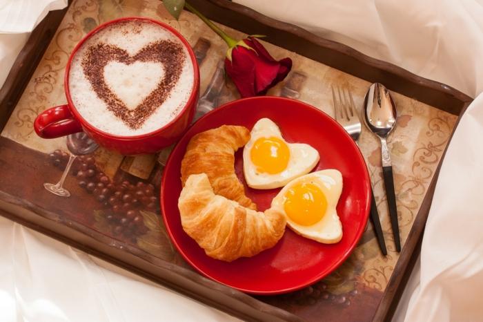 precioso desayuno con detalles en forma de corazón, sorprender a tu pareja con un tablero con desayuno romántico, rosa roja y cruasanes