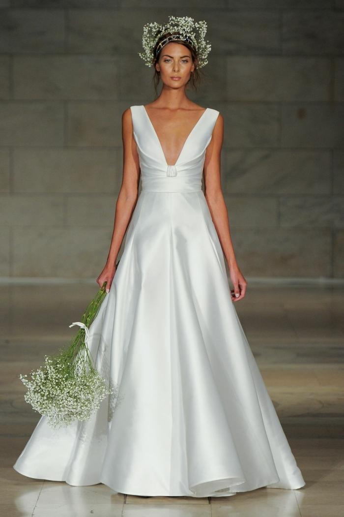 vestidos de novia sencillos, vestido de corte princesa con escote muy atrevido, pelo recogido con corona de flores, ramo de flores sencillo