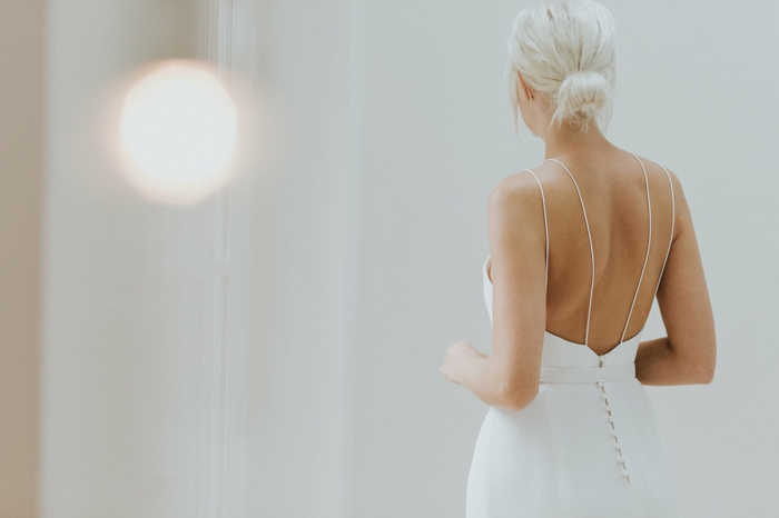 vestidos de novia sencillos, ideas para vestidos de novia sencillos con espalda descubierta, correas muy delgadas y botones decorativos en la cintura