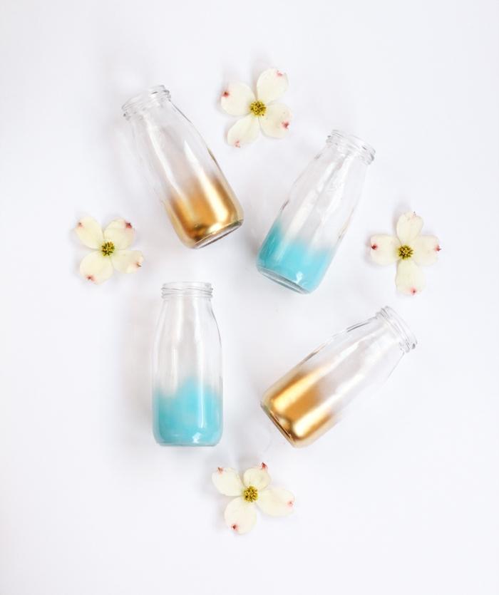 propuesta encantadora de manualidades con botellas, botellas con fondo colorido, botella de cristal que sirve de jarrón para flores
