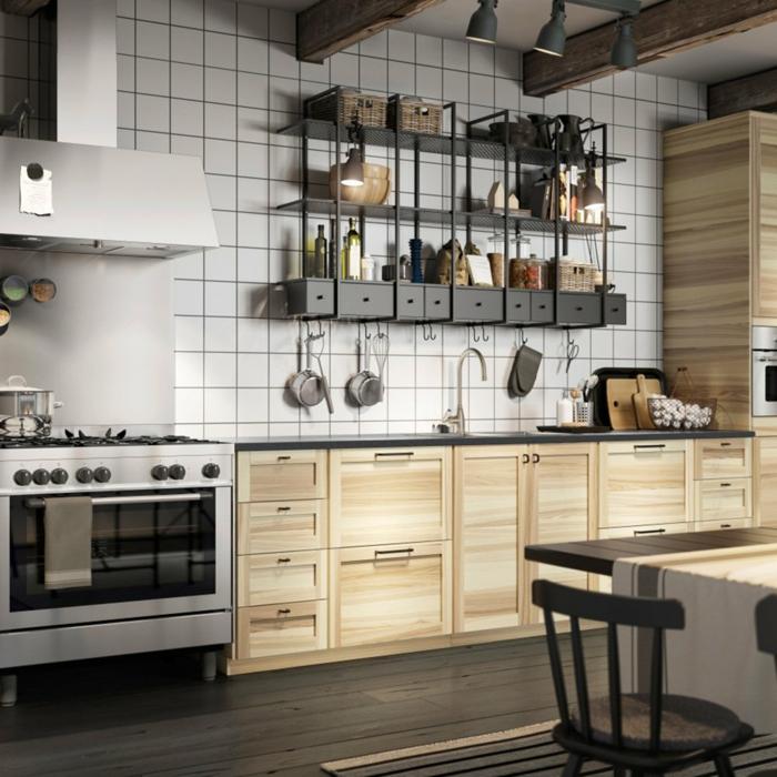 cocina encantadora con grande estantería y muebles de madera, diseño de cocinas simple y moderno