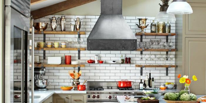 propuesta acogedora con azulejos imitando ladrillos, diseño de cocinas prácticas y bonitas, muchas estantes de madera y decoración de flores