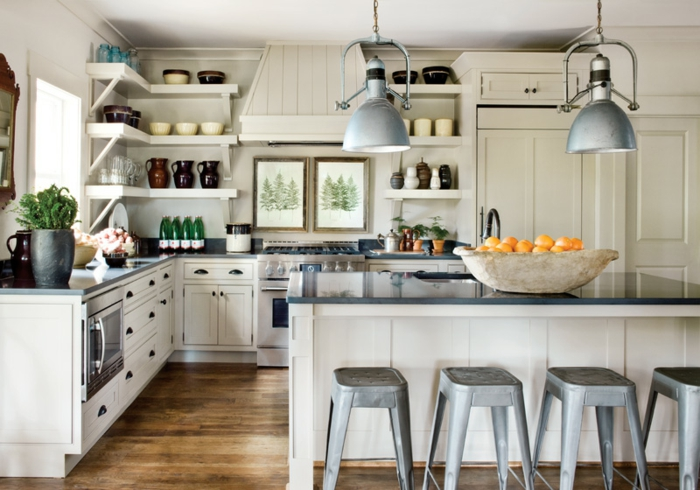 muebles de cocina de madera en blanco y gris, cocina acogedora y luminosa en estilo industrial con lámparas vintage y suelo de paruqet