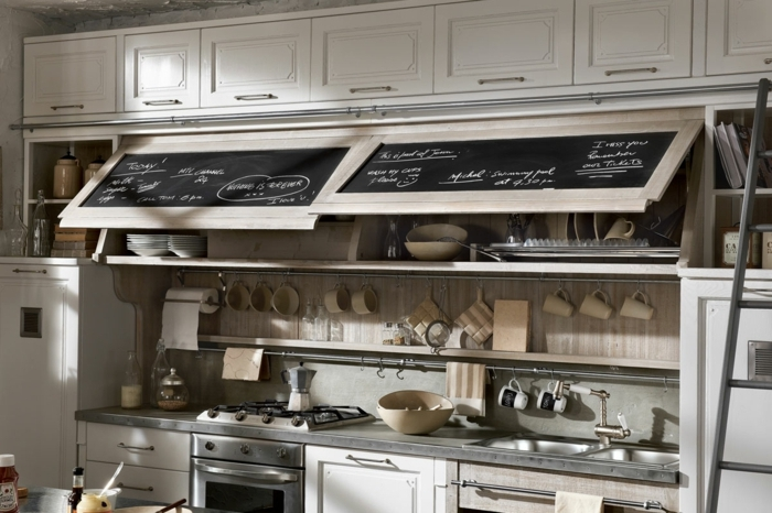 cocina en estilo industrial con muebles de cocina en beige y ocurrencia original con puertas de alacena con pizarra