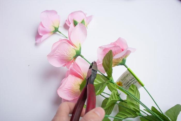manualdiades con flroes artificiales, sorprender a tu pareja con una corona de flores DIY en forma de corazón