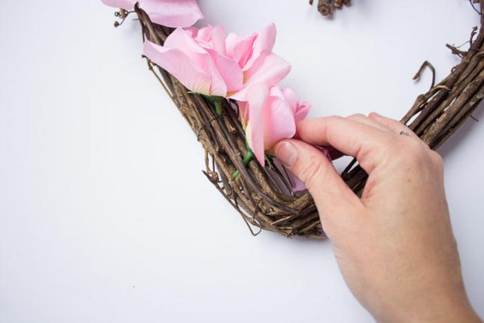 como hacer una corona de flores artificiales paso a paso, regalos para novios románticos para el Día de San Valentín, decoración para la pared