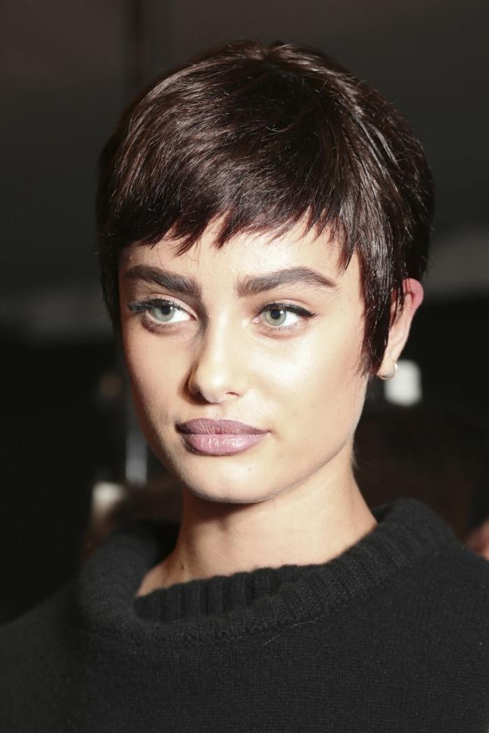 peinados pelo corto, cabello moderno en estilo Pixie, pelo en color chocolate en degradado, corte de pelo que resalta las ficciones