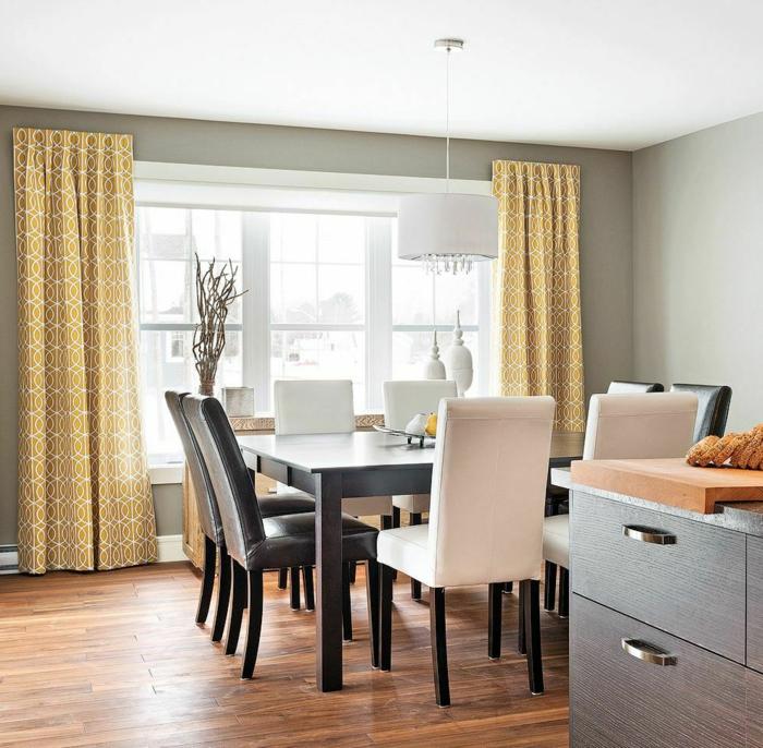 cortinas modernas, comedor elegante parte de la cocina con suelo de parquet y cortinas en color ocre con ornamentos