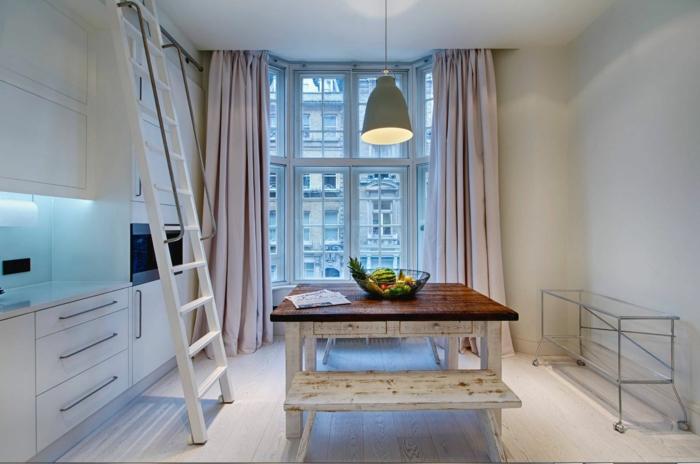 cortinas modernas, propuestas elegantes para la cocina, cortinas largas y gruesas en color rosado, interior en blanco con muebles vintange