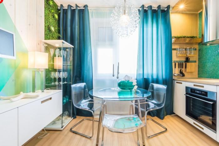 cortinas modernas, color aguamarina, cocina en colores frescos, suelo de parquet, mesa y sillas modernas transparentes