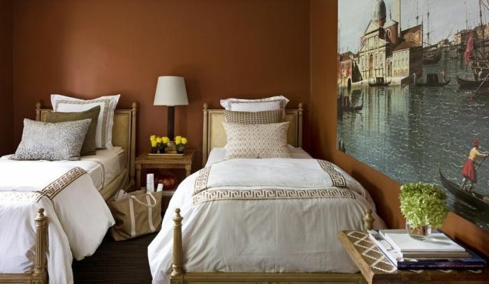 habitación en estilo vintage con dos camas individuales con cabeceros, paredes pintadas en marrón, cuadros para dormitorios en estilo clásico