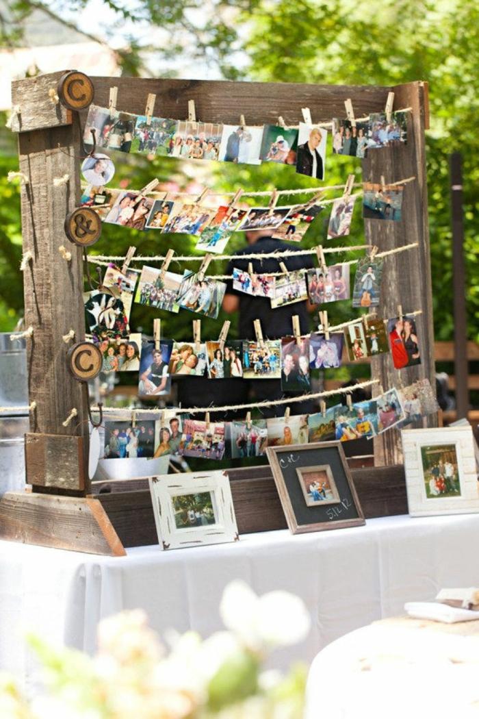 fotos originales, preciosa propuesta DIy para decorar la casa o el jardín, marco de madera grande con fotos coloridas colgadas con perchas