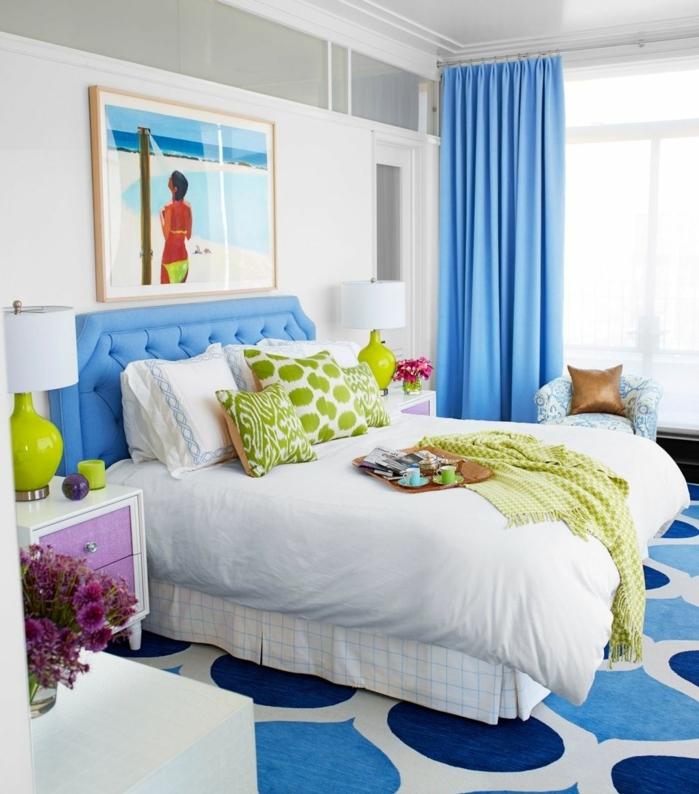 cuarto en colores claros, detalles en azul cerúleo y verde manzana, paredes en blanco, cuadros para dormitorios modernos