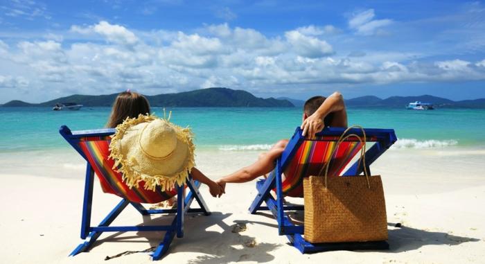 que regalar a mi novio, viaje para dos a una destinación lejana, una pareja en la playa, regalos para novios originales