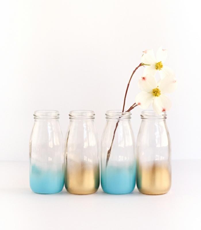 botellas decoradas con efecto hombre, botellas de vidrio con fondo decorado en dorado y azul, precioso jarrones para flores