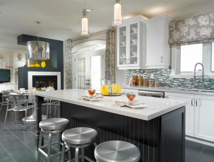 cortinas modernas, grande cocina con isla, sillas de barra modernos, cortinas con estampados, suelo con azulejos