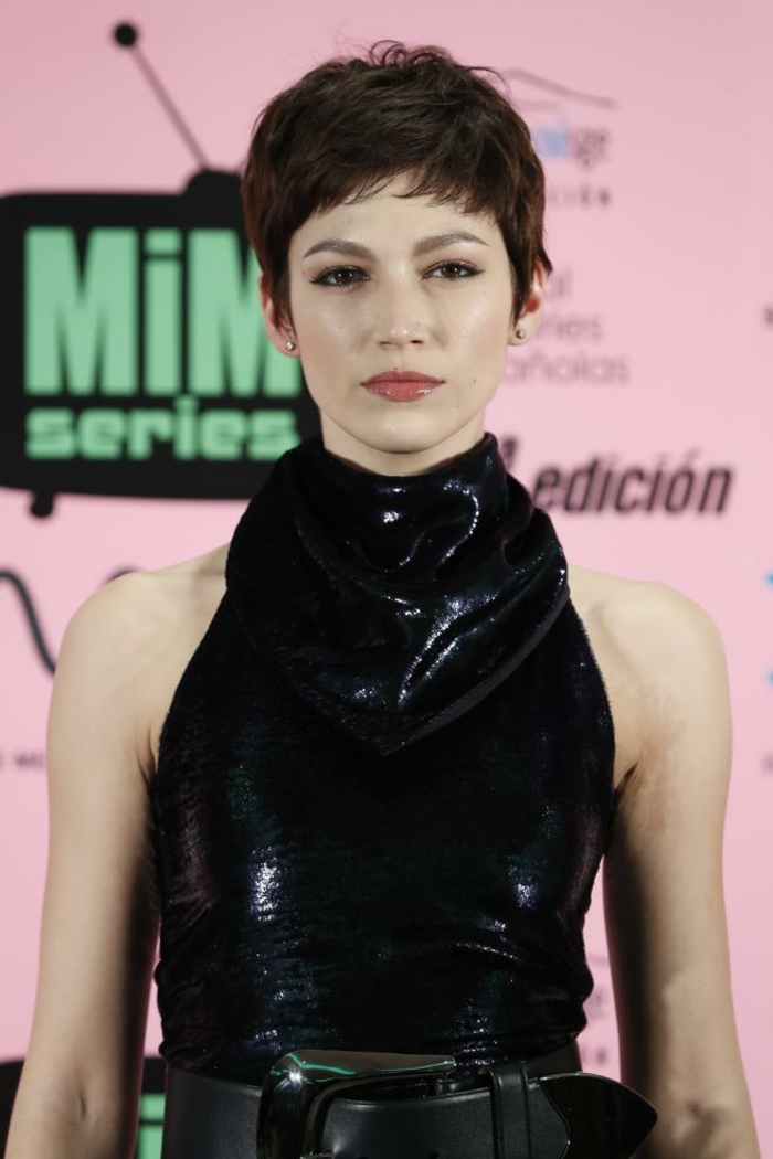 pelo corto mujer, corte de pelo corto con efecto despeinado, flequillo a un lado, atuendo negro reluciente