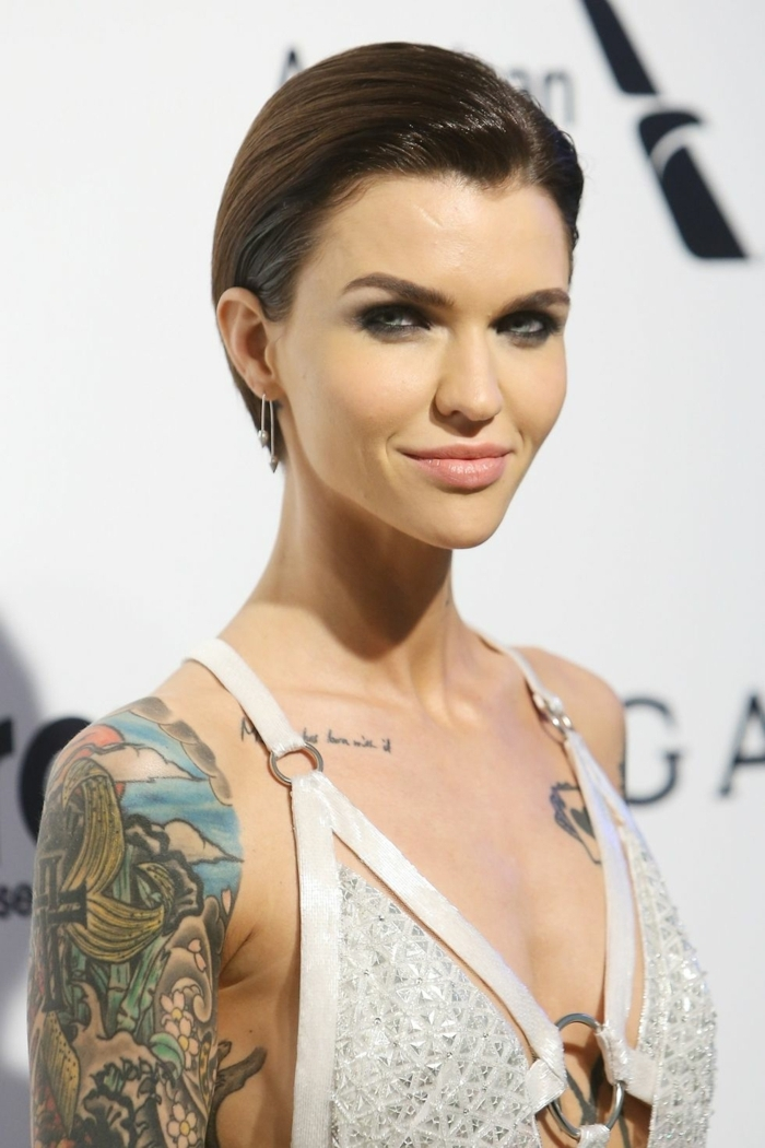 peinados pelo corto, corte de pelo masculino, pelo muy corto castaño peinado hacia atrás, hombros descubiertos con tatuajes