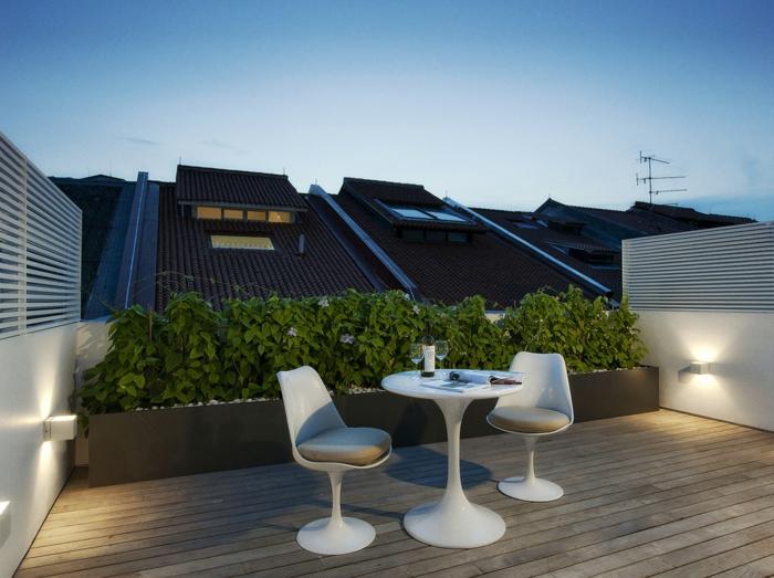 diseño sencillo, balcón con decoración de plantas verdes, muebles en blanco pequeños, terraza para el verano