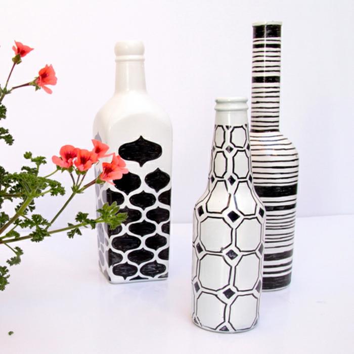 proyectos artesanales para decorar la casa, botellas de vino de diferente forma y tamaño decoradas en blanco y negro, botellas decoradas DIY