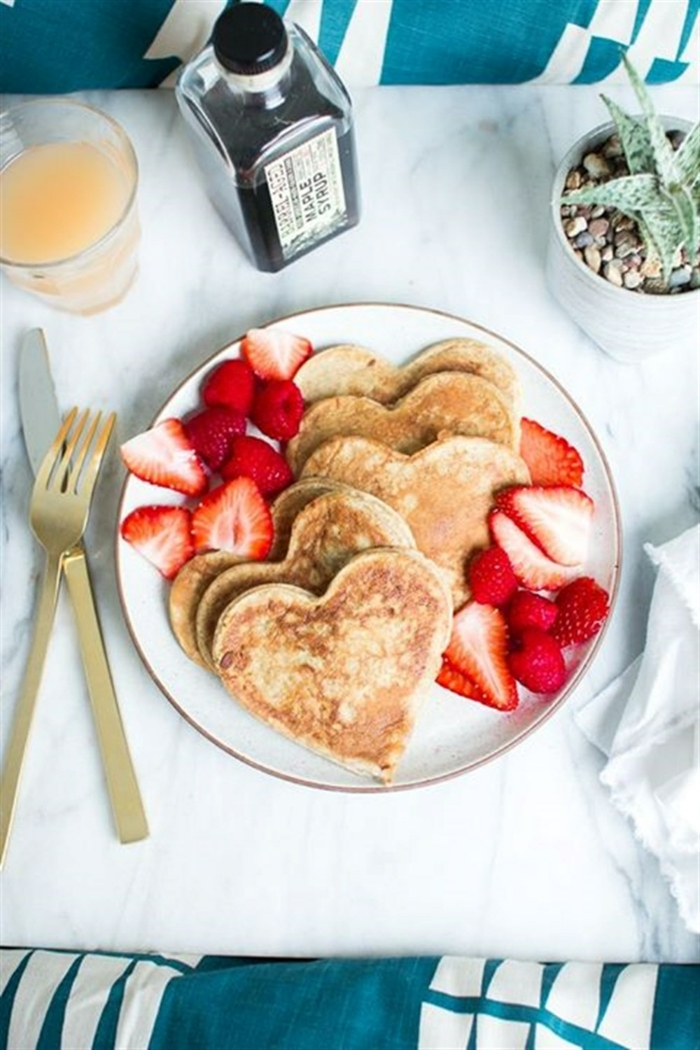 regalo sorpresa desayuno con crepes en forma de corazón y fresas, como sorprender a mi novio para el dia de los enamorados