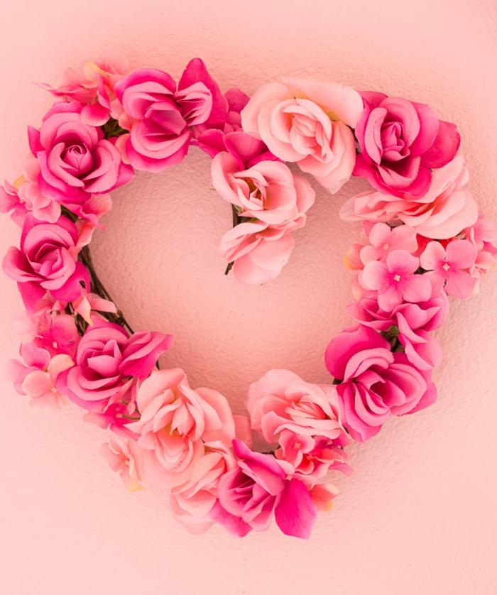 regalos para novios originales, corona de flores, rosas rosas artificiales, preciosa guirnalda en forma de corazón para decorar la casa