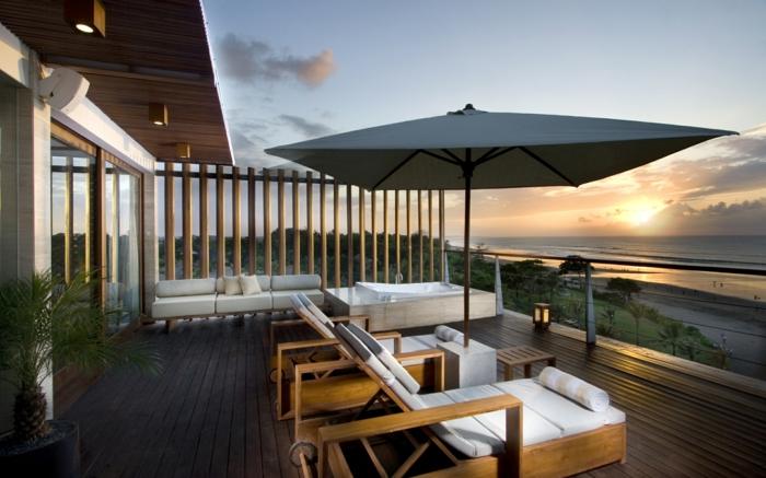 propuestas encantadoras de amueblamiento de terraza, sillones modernos y grande sombrilla, terraza con vista al mar