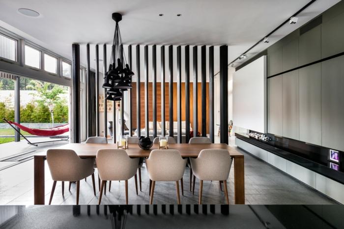 separadores, grande salón en estilo moderno con ventanales altos, comedor con mesa de madera y lámpara de diseño original