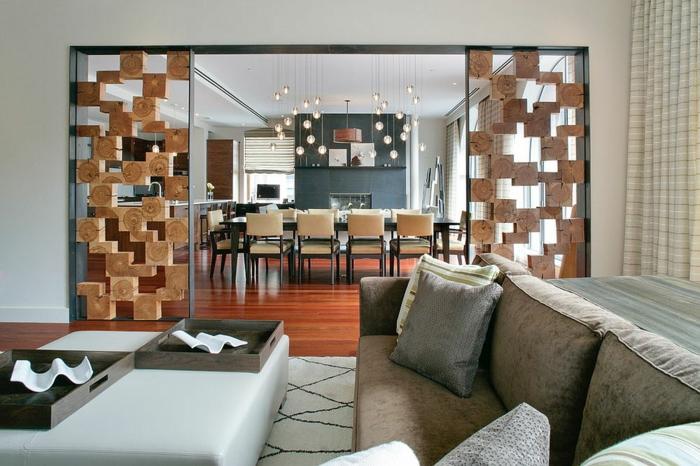 separadores, salón espacioso con sofá tapizado en terciopelo, separador de ambientes original, grande comedor con lámparas atractivas