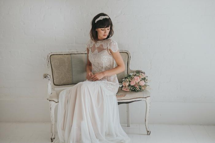 vestidos de novia, pelo largo blanco con falda aireada y parte superior ornamentada de encaje, pelo suelto con bonita diadema