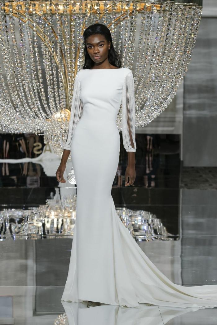 vestidos de novia sencillos, vestido de corte sirena con mangas largas ornamentadas, corte que resalta el silueta, pelo semirecogido