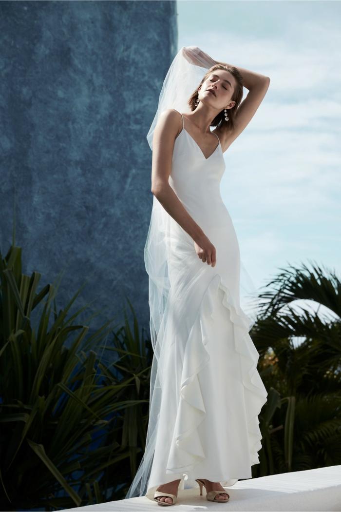 vestidos de novia, vestido de corte recto sencillo con pequeñas volantes en la parte superior, pelo suelto con velo