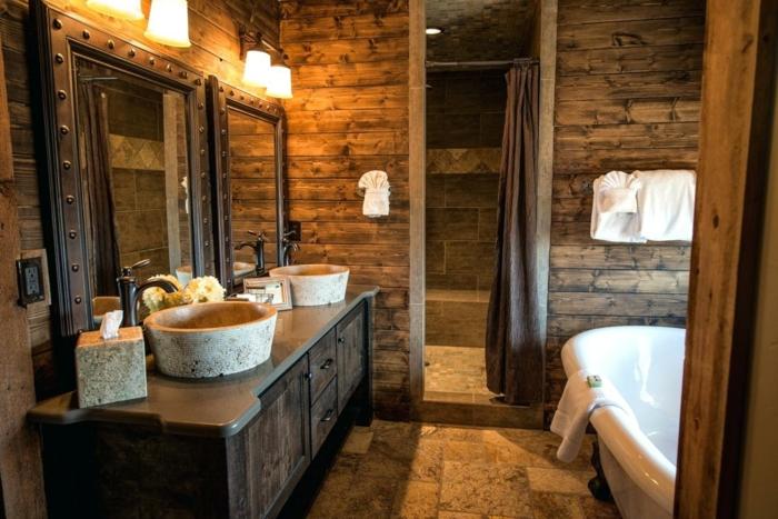 diseño preciosos de baños rústicos, cuarto de baño revestido de madera con espejo vintage ornamentado hecho de hierro y bañera vintage con patas garra