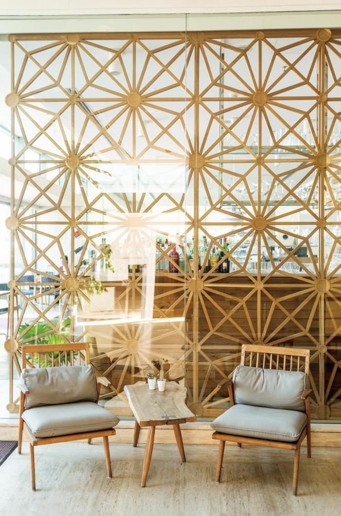 separadores de ambientes, salón en beige con separador de ambientes en rejilla de madera con ornamentos, mesa y sillas de madera