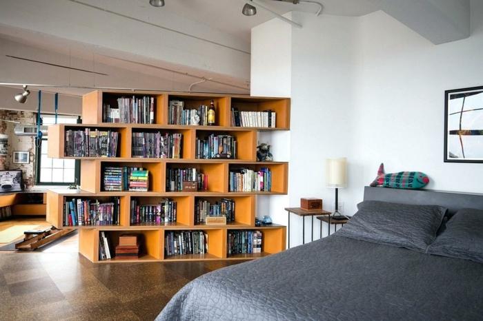 separadores de ambientes, armario de madera puesto para separar las habitaciones, biblioteca de diseño original, paredes en blanco y baldosas en marrón
