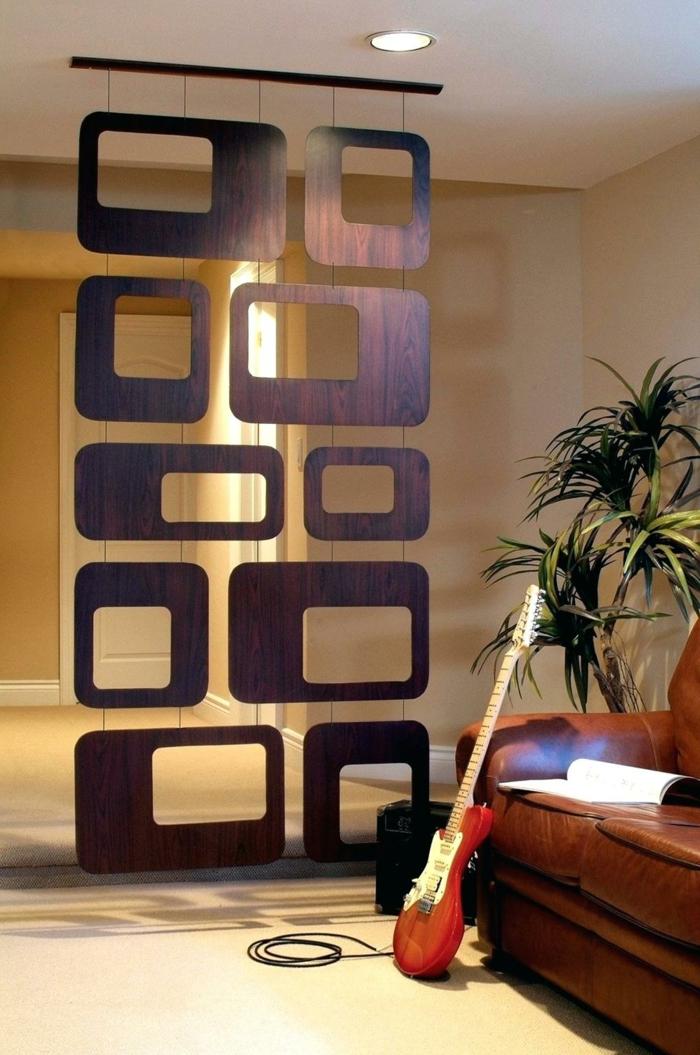 separadores de ambientes, separador de ambientes original, piezas de madera de diseño atractivo colgantes, salón con lámparas empotradas y plantas verdes