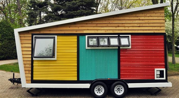 minicasas, `recioso ejemplo de una casa prefabricada en ruedas pintada en blanco, amarillo, azul y rojo, viviendas originales y funcionales