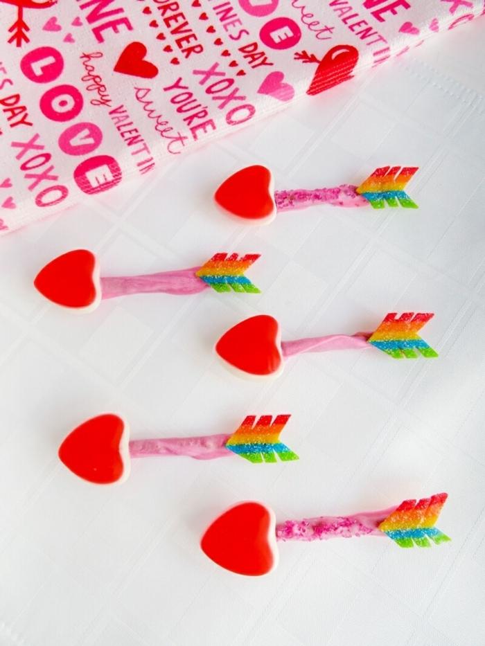 propuesta original para soprender a tu novio, sorpresas divertidas DIY, flechas de Cupido con pequeños corazones rojos paso a paso