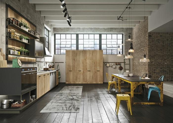 cocina con comedor grande, muebles de cocina de metal y madera con efecto desgastado, techo con vigas de madera pintadas en blanco