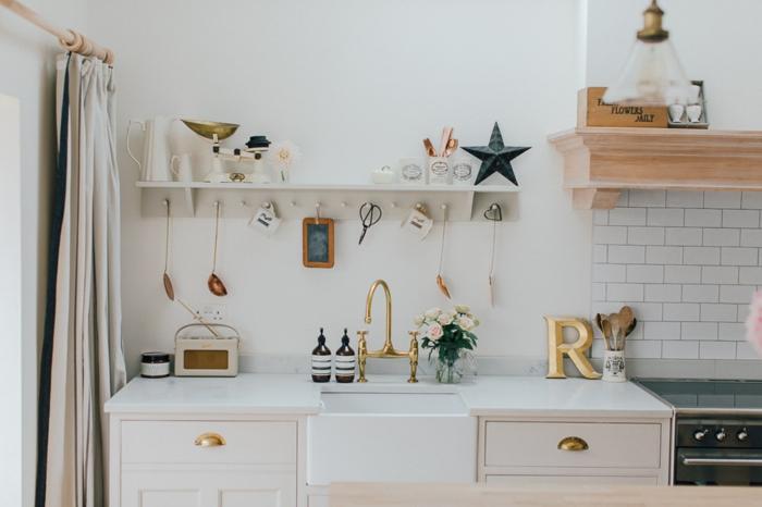 cortinas modernas, interior en blanco con muchos objetos decorativos, cortinas elegantes en beige