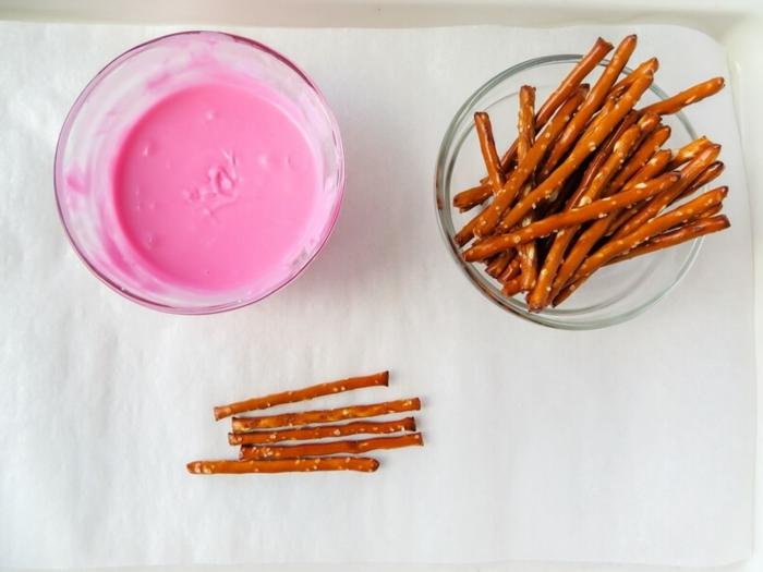 materiales para hacer flechas de Cupido DIY, pallilos salados y crema en color rosa, sorpresas divertidas y manualidades para el Día de San Valentín
