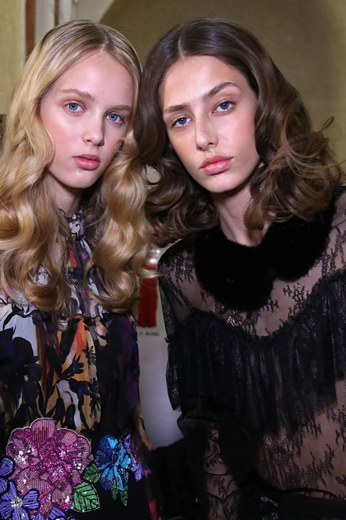 cortes de pelo largo, peinados modernos para la temporada primavera verano 2018, dos chicas con pelo largo rizado
